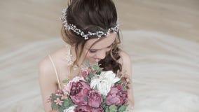 Closeupbrunettbrud med modebröllopfrisyren och makeup lager videofilmer