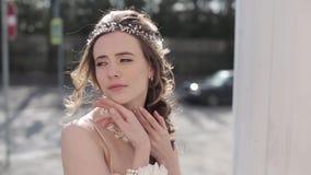 Closeupbrunettbrud med modebröllopfrisyren och makeup arkivfilmer