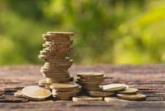 Closeupbuntmynt på trätabellen Finansiellt och besparing Royaltyfria Bilder