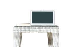 Closeupdator på den suddiga wood den vävtabellen och boken som isoleras på vit bakgrund, härlig inre för arbetsställe av husconce Royaltyfri Fotografi