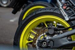 Closeupdetalj av bakre hjul för motorcykel och bromsdisketten - bild royaltyfri fotografi
