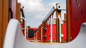 Closeupdetalj av det röda repet för lekplats i en sommardag på skola royaltyfri bild