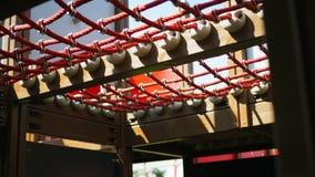 Closeupdetalj av det röda repet för lekplats i en sommardag på skola arkivbild