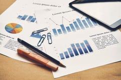 Closeupdokument av finansiell statistik som är falsk med grafen, röding arkivfoto