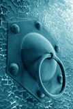Closeupen av belägger med metall knackare i en dörrplanka Royaltyfri Bild
