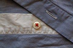 Closeupen av blått och vit rev av tygtextur med knappen Royaltyfria Foton