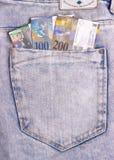 Closeupen av de schweiziska anmärkningarna i jeansen stoppa i fickan royaltyfria bilder