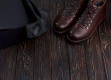 Closeupen av den eleganta stilfulla bruna mannen startar med skoasken på träbakgrund Arkivfoto