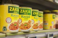 Closeupen av den halal raviolit kan in på den Cora supermarket Arkivfoton
