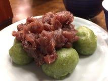 Closeupen av den japanska kakan för klibbiga ris för mochien för grönt te tjänade som med den röda bönan mosar toppning royaltyfria bilder
