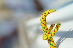 Closeupen av det gula tunna korta repet som används för yacht, ämnar Royaltyfri Bild