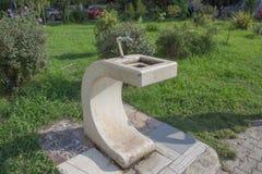 Closeupen av dricksvattenspringbrunnen parkerar offentligt, komponerat av rostfri vattenkranar och marmor Ett klapp med dricksvat royaltyfria bilder