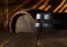 Closeupen av en tappning bordlägger i en ölkällare Arkivbild