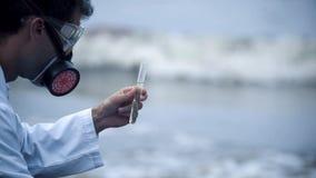 Closeupen av forskaren misshog med vattenkvalitet, miljö- problem royaltyfri foto