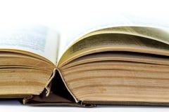Closeupen av gammalt öppnar boken Arkivfoto