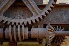 Closeupen av gammalt rostat stål utrustar yttersidan på den historiska fabriken arkivbilder
