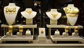 Closeupen av guld- smycken shoppar fönstret Royaltyfri Bild