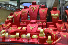 Closeupen av guld- smycken shoppar fönstret, bröllopgåvan, minnessak Arkivfoton