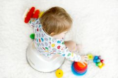 Closeupen av gulliga små 12 månader gammalt litet barn behandla som ett barn flickabarnsammanträde på potta Royaltyfria Foton