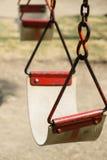 Closeupen av gunga i ett barnlekområde på parkerar Royaltyfri Foto