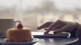 Closeupen av händer för den unga kvinnan som skriver sms som bläddrar bilder, ringer arkivfilmer