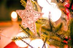 Closeupen av handgjord julgarnering sörjer på trädet med varmt ljus Royaltyfri Foto