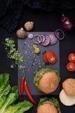 Closeupen av hemlagade hamburgare med grönsaker kritiserar på brädet Sund matstilleben bästa sikt Arkivfoton