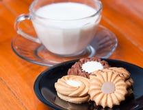Closeupen av kakor på trät bordlägger bakgrund med exponeringsglas av mi Royaltyfria Bilder