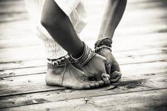 Closeupen av kvinnafot och händer i yoga placerar bw Royaltyfria Bilder