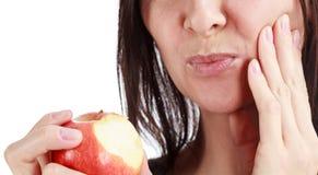 Closeupen av kvinnan i stark tandvärk smärtar med händer över framsida royaltyfria bilder