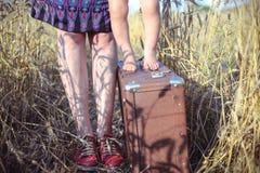 Closeupen av kvinnan och behandla som ett barn anseende på resväskan in royaltyfri bild