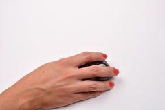 Closeupen av kvinnor räcker genom att använda den moderna datormusen på vit su Arkivbild