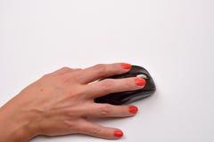 Closeupen av kvinnor räcker genom att använda den moderna datormusen på vit su Royaltyfria Foton