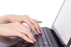 Closeupen av kvinnors anteckningsboken för typ för händer den rörande (bärbar dator) stämmer du Arkivbild