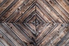 Closeupen av lantlig åldrig en rostad träväggbakgrund med dekorativa träverkdesigndetaljer och spikar med antikviteten arkivbild