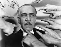 Closeupen av många fingrar att peka på mannen (alla visade personer inte är längre uppehälle, och inget gods finns Leverantörgara Royaltyfria Foton