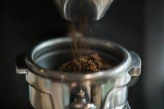 Closeupen av nytt malande kaffe rosted i kaffehuset arkivfoto