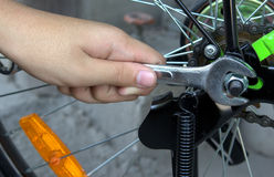 Reparera cykeln Fotografering för Bildbyråer