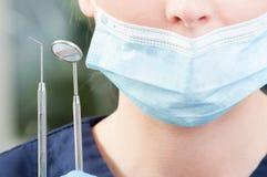 Closeupen av rostfria tand- hjälpmedel rymmer vid den kvinnliga orthodontisten Royaltyfria Foton