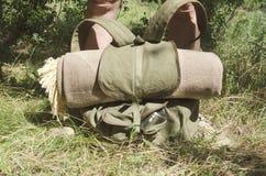 Closeupen av ryggsäcken och filten, handelsresande har en kortslutning vilar efter långt går fotografering för bildbyråer