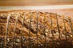 Closeupen av skivat släntrar av helt kornbröd Royaltyfri Bild