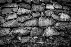 Closeupen av svartvitt vaggar stenväggen utomhus Gammal struktur för tappninggrungetextur royaltyfri foto