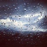 Bevattna tappar på ett fönster Royaltyfri Foto
