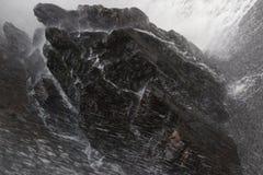 Closeupen av vattenfalllandning på vaggar/vatten Arkivfoto