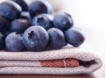 Closeupen avbildar av blåbär på tygservetten Fotografering för Bildbyråer