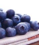 Closeupen avbildar av blåbär på tygservetten Royaltyfri Bild