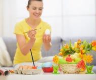 Closeupen bordlägger på med påskgarneringen royaltyfri foto
