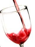 closeupen häller rött vin Royaltyfri Fotografi