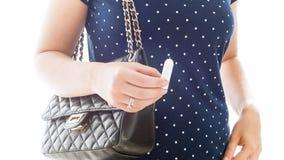 Closeupen isolerade fotoet av den unga kvinnan som rymmer den hygieniska tampongen Royaltyfria Bilder