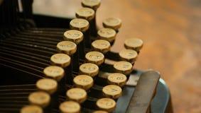 closeupen keys den gammala skrivmaskinen royaltyfri foto
